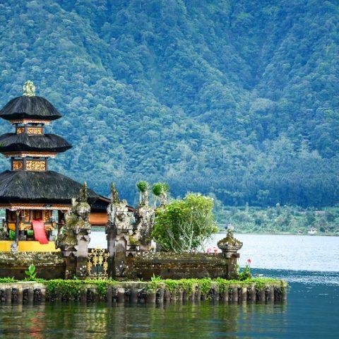 Pagoda de Indonesia en lago, uno de los destinos de luna de miel de Bhárad